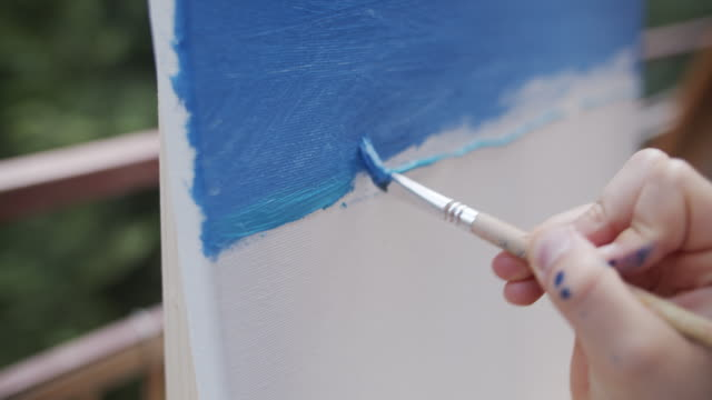 キャンバス上の十代の少女の絵画 - トラッキングショット点の映像素材/bロール
