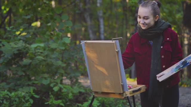 vídeos de stock, filmes e b-roll de adolescente de pintura ao ar livre - parque natural