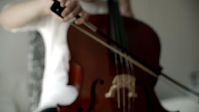 vidéos et rushes de hd: adolescente jouant violoncelle. - violoncelle