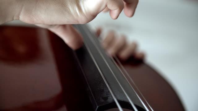 HD: Teenager Mädchen spielt Cello.