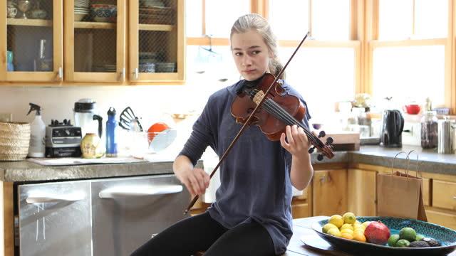 teenage girl playing her violin at home - endast en tonårsflicka bildbanksvideor och videomaterial från bakom kulisserna