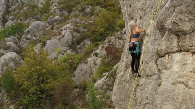 teenage girl practicing free climbing on rock - free climbing stock videos & royalty-free footage