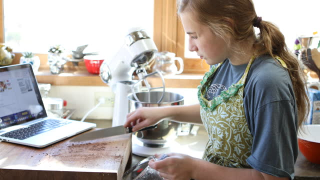 vídeos y material grabado en eventos de stock de teenage girl preparing to bake muffins - sólo una adolescente