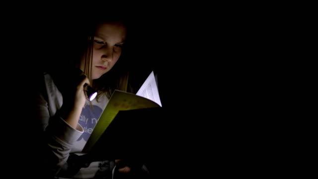 夜は本を読んで ms 10 代少女 - one teenage girl only点の映像素材/bロール