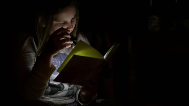 懐中電灯で本を読んで ms 10 代少女 - one teenage girl only点の映像素材/bロール