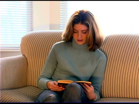 teenage girl reading book - dreiviertelansicht stock-videos und b-roll-filmmaterial