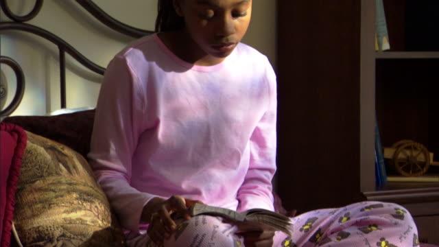 teenage girl reading book - andere clips dieser aufnahmen anzeigen 1282 stock-videos und b-roll-filmmaterial