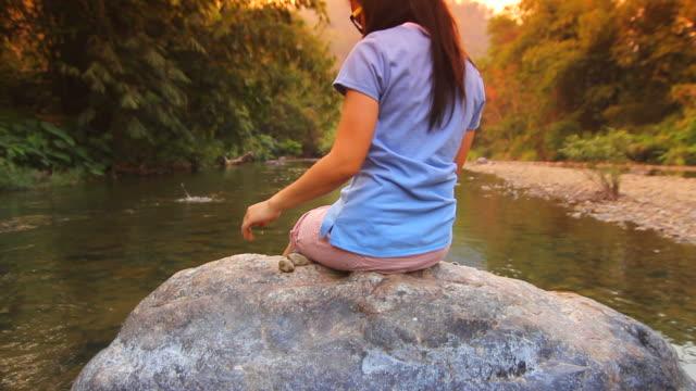 vídeos y material grabado en eventos de stock de adolescente relajante cerca de río - sólo una adolescente
