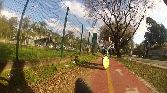 teenage girl riding bicycle on byke lane - endast en tonårsflicka bildbanksvideor och videomaterial från bakom kulisserna