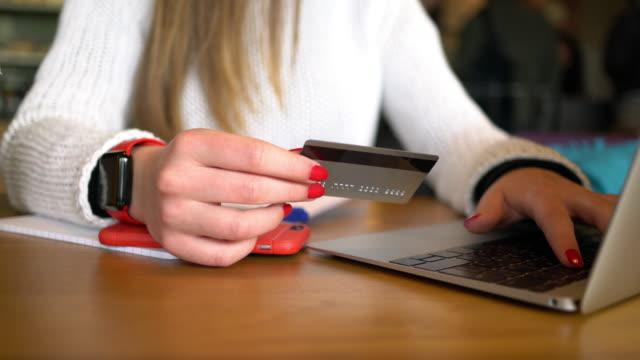Tonårig flicka handla online med kreditkort