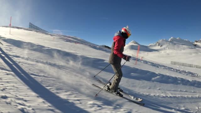 teenager-mädchen beim skifahren am gletscher in den alpen - skipiste stock-videos und b-roll-filmmaterial
