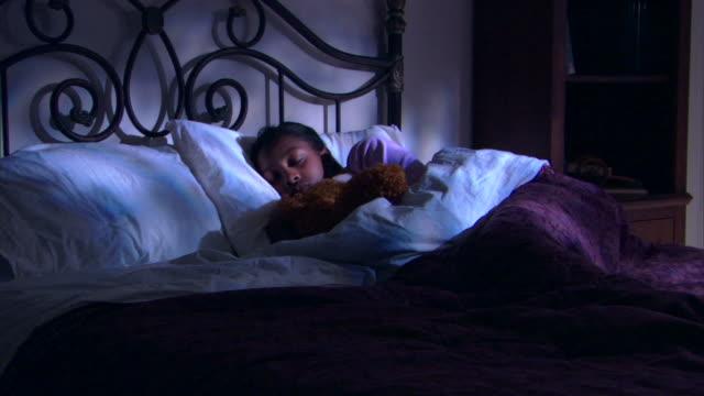 teenage girl sleeping in bed with teddy bear - andere clips dieser aufnahmen anzeigen 1282 stock-videos und b-roll-filmmaterial