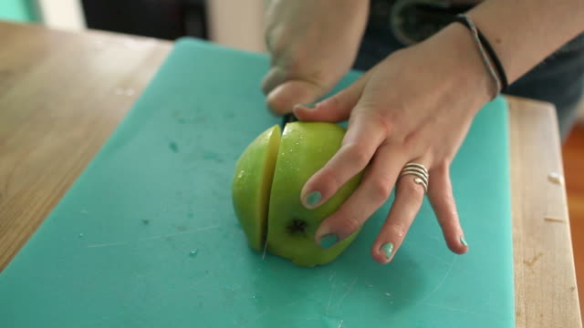 vídeos de stock e filmes b-roll de teenage girl slicing apple - só meninas adolescentes