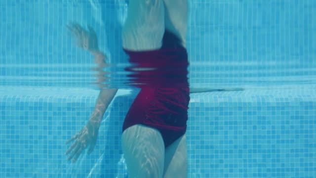 vídeos de stock e filmes b-roll de teenage girl standing in  swimming pool - só meninas adolescentes