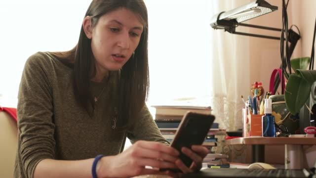 teenager-mädchen studieren zu hause während covid-19 pandemie - isoliert stock-videos und b-roll-filmmaterial