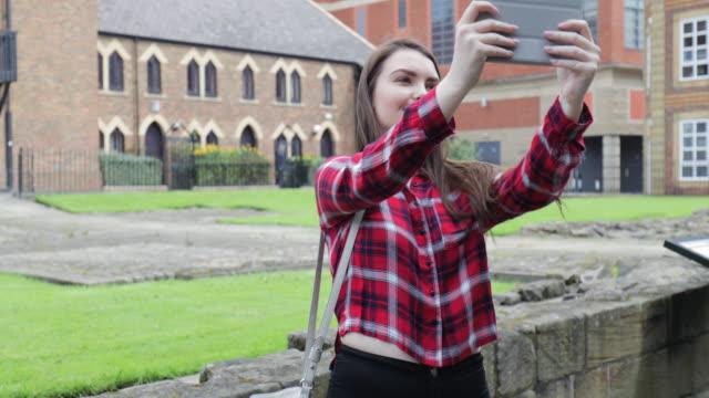 Tienermeisje Selfie nemen op digitale Tablet
