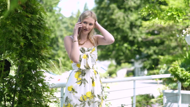 stockvideo's en b-roll-footage met teenage girl talking on the phone outside - alleen één tienermeisje
