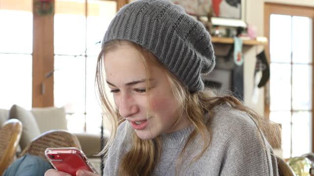 teenage girl texting on smart phone - jugendkultur stock-videos und b-roll-filmmaterial
