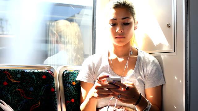 teenager mädchen sms auf dem looks ernst - teenager alter stock-videos und b-roll-filmmaterial