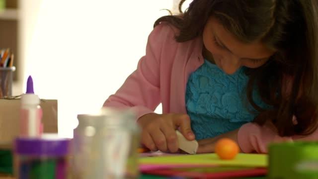 描画中に消しゴムを使用して十代の少女 - 消しゴム点の映像素材/bロール