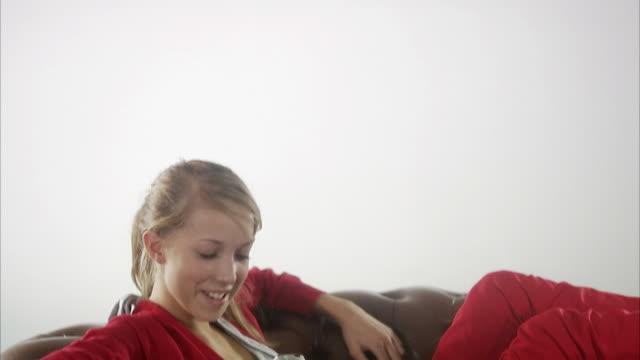 stockvideo's en b-roll-footage met teenage girl using her mobile phone. - alleen één tienermeisje