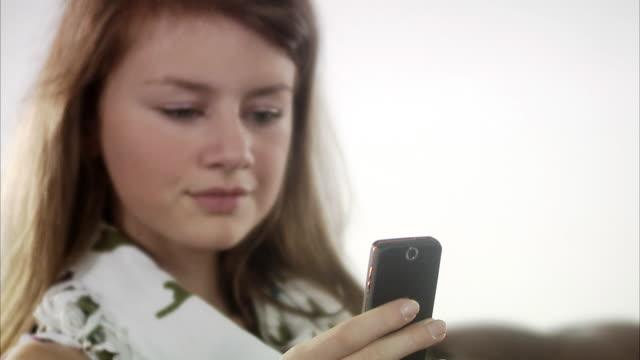 stockvideo's en b-roll-footage met teenage girl using her mobile phone. - videoportret