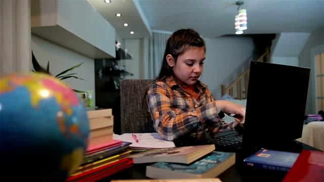 vidéos et rushes de teenage girl utilisant ordinateur portable à faire devoirs in bedroom, coup de dolly - cours de mathématiques