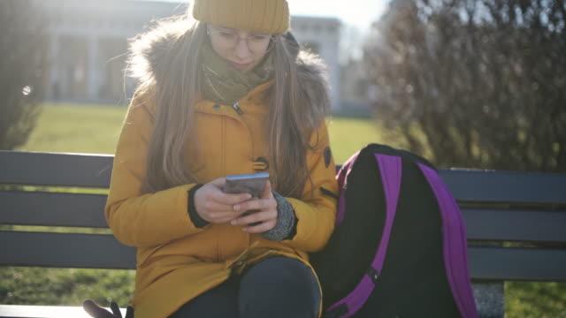 teenager-mädchen mit smartphone - bank stock-videos und b-roll-filmmaterial