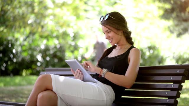 Adolescente ragazza utilizzando tablet pc