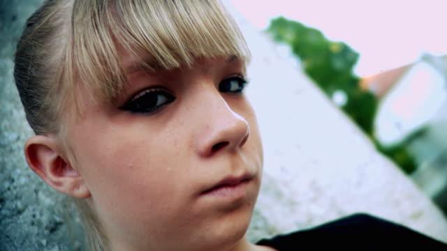 hd: teenager mädchen - 14 15 jahre stock-videos und b-roll-filmmaterial