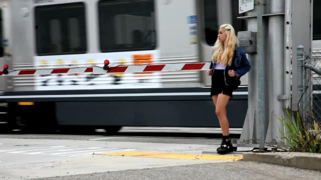 Ragazza adolescente attende poi attraversa la strada