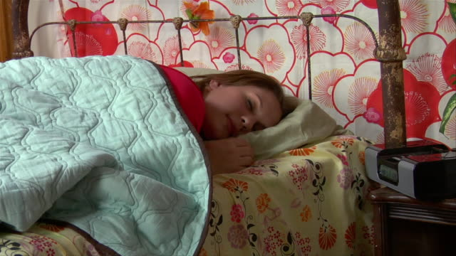 vidéos et rushes de ms, teenage girl (14-15) waking up in bed - one teenage girl only