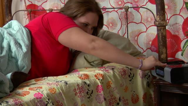 ms, teenage girl (14-15) waking up in bed - korta ärmar bildbanksvideor och videomaterial från bakom kulisserna