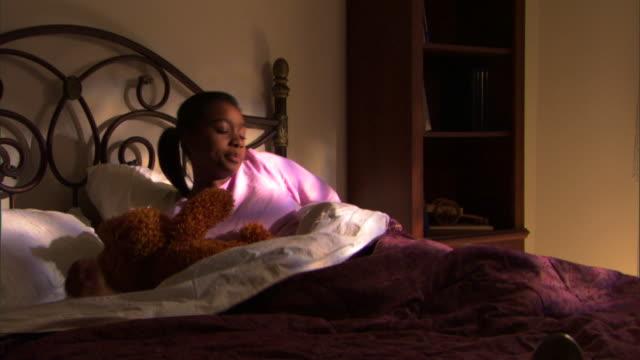 stockvideo's en b-roll-footage met teenage girl waking up - alleen één tienermeisje