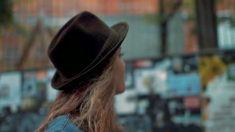 vídeos y material grabado en eventos de stock de teenage girl walking street - chica adolescente