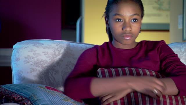 teenage girl watching television - andere clips dieser aufnahmen anzeigen 1282 stock-videos und b-roll-filmmaterial