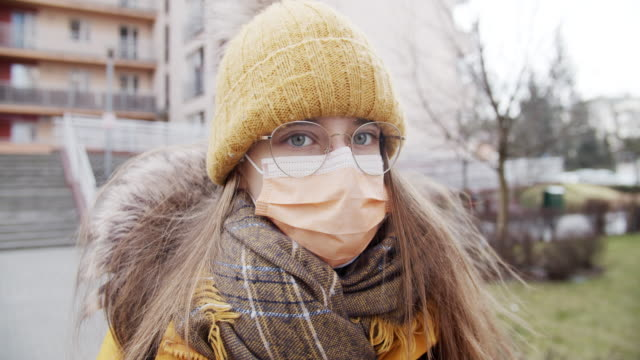 tonårsflicka bär anti virusmask går i skolan - kirurgmask bildbanksvideor och videomaterial från bakom kulisserna