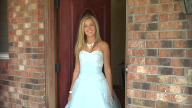 vídeos y material grabado en eventos de stock de ms, teenage girl (16-17) wearing prom dresses standing in doorway, portrait, edison, new jersey, usa - casa de ladrillo