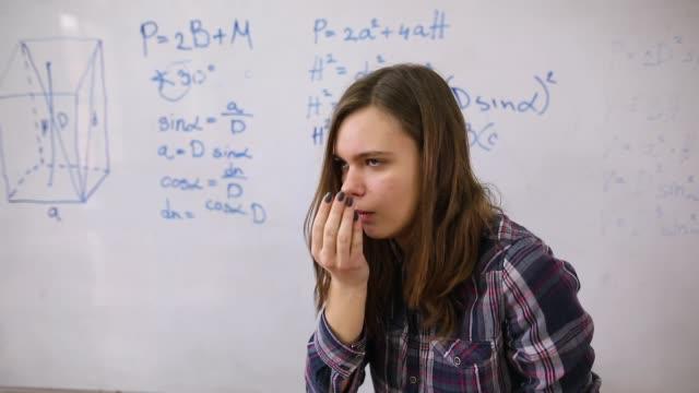 teenager-mädchen mit grippe blasen nase im klassenzimmer vor whiteboard - trigonometrie stock-videos und b-roll-filmmaterial