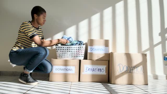vídeos y material grabado en eventos de stock de adolescente de pelo corto a la espera de que los servicios sociales retiren las cajas de donación. - sólo mujeres jóvenes