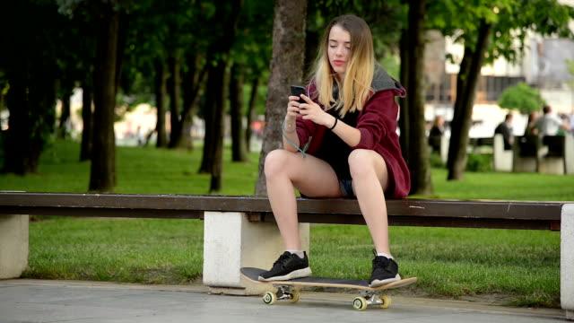 vídeos y material grabado en eventos de stock de adolescente con patín y teléfono - diversión
