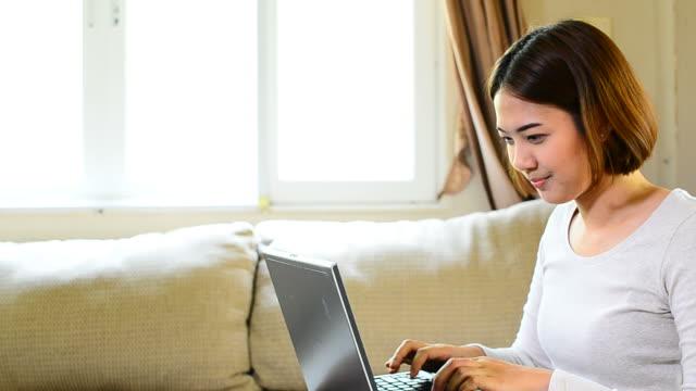 teenager-mädchen mit tablet-computer - sportschützer stock-videos und b-roll-filmmaterial