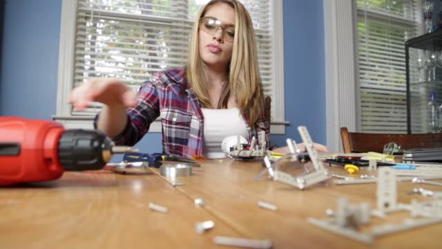 Teenager-Mädchen arbeiten mit Roboter-Projekt