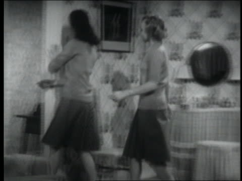 vídeos de stock e filmes b-roll de b/w 1947 pan 2 teenage girls chatting in bedroom / they answer telephone + look disappointed - só meninas adolescentes