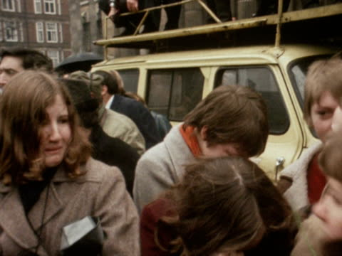 vídeos de stock e filmes b-roll de teenage girls cry outside marylebone register office following the marriage of paul mccartney to linda eastman 1969 - the beatles