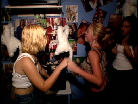 teenage girls dancing in a bedroom - flickor bildbanksvideor och videomaterial från bakom kulisserna