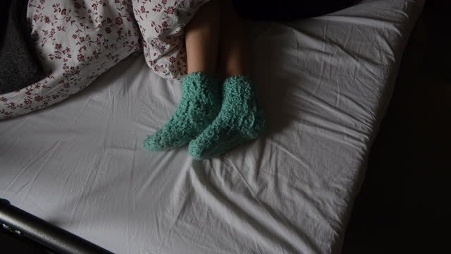 vídeos y material grabado en eventos de stock de teenage girls feet sticking out from under the duvet - the media