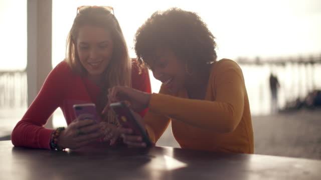 vidéos et rushes de teenage girls hanging out at the beach - dispositif portable