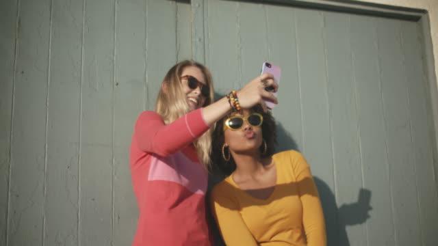 vídeos y material grabado en eventos de stock de ms teenage girls having fun - afro