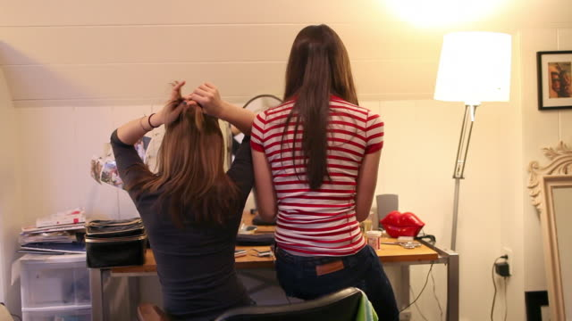 teenage girls in front of mirror - verwöhnen stock-videos und b-roll-filmmaterial